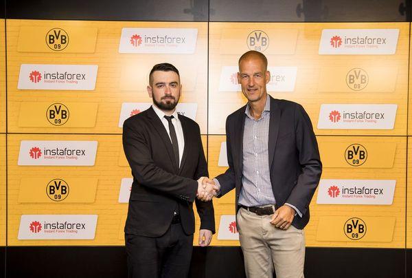 Direktur Pengembangan Bisnis InstaForex untuk Asia Roman Tcepelev dan CEO dari Borusssia Carsten Cramer berjabat tangan untuk memulai kemitraan baru